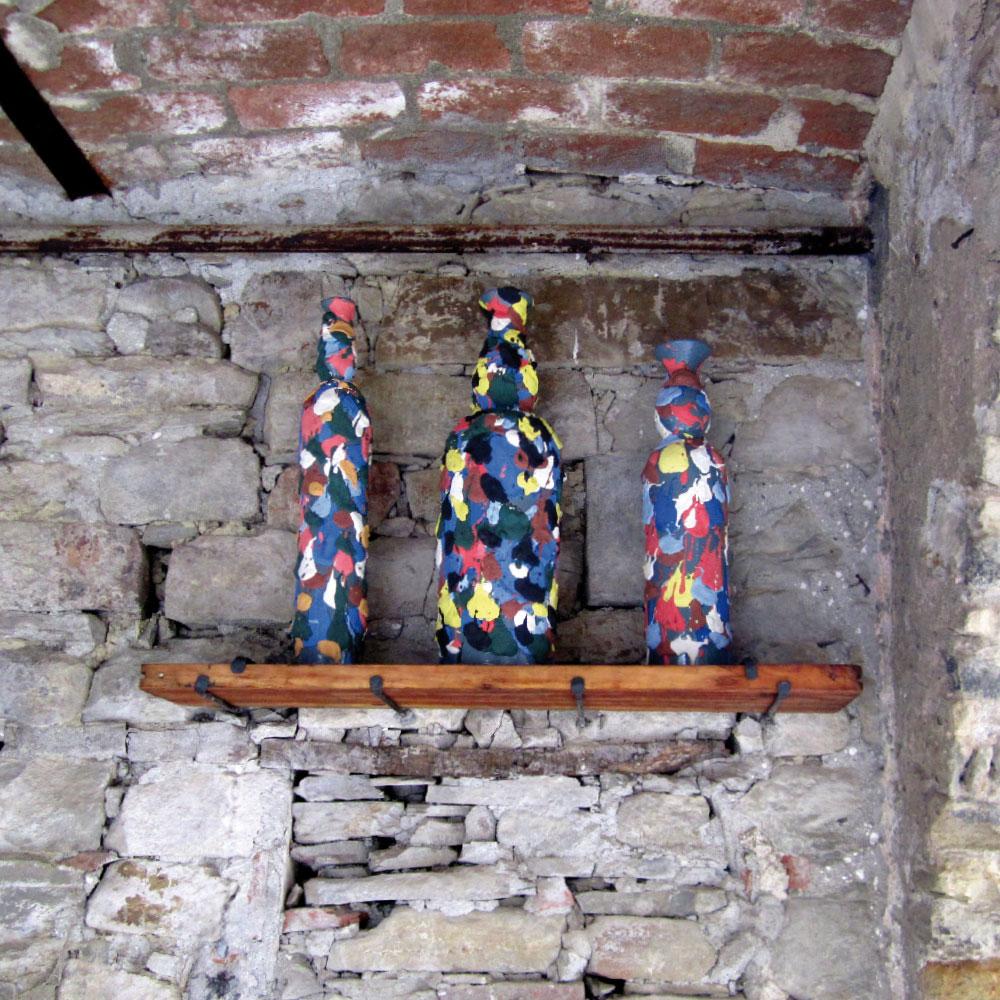 L'opera dell'artista Angelo Maria Celeste installata nel borgo di Denice, nell'ambito del Museo a cielo aperto dedicato alla ceramica contemporanea
