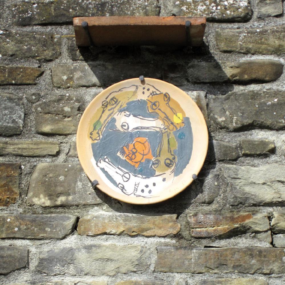 L'opera dell'artista Angelo Ruga installata nel borgo di Denice, nell'ambito del Museo a cielo aperto dedicato alla ceramica contemporanea
