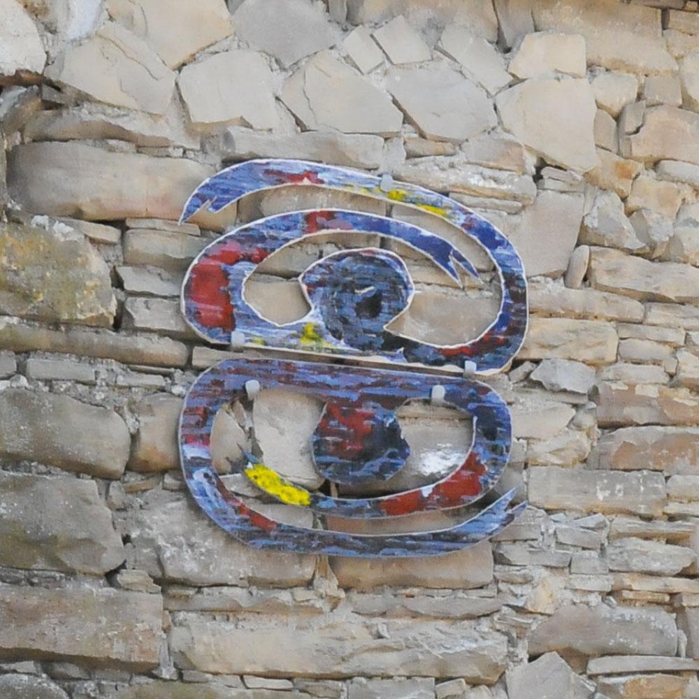 L'opera dell'artista Antonio Laugelli installata nel borgo di Denice, nell'ambito del Museo a cielo aperto dedicato alla ceramica contemporanea