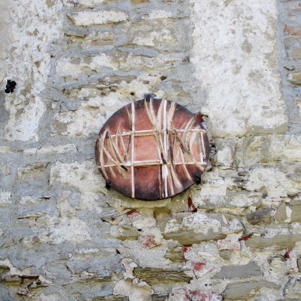 L'opera dell'artista Antonio Quattrini installata nel borgo di Denice, nell'ambito del Museo a cielo aperto dedicato alla ceramica contemporanea