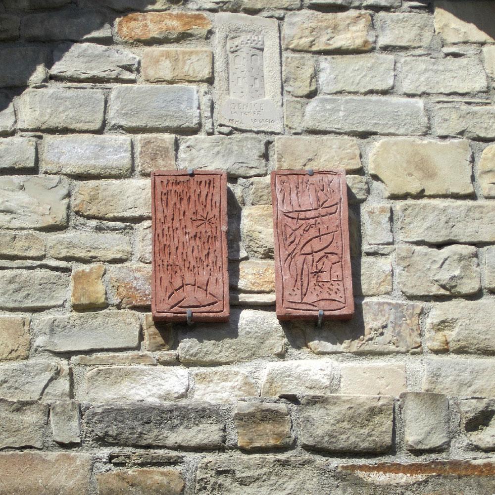 L'opera dell'artista Carlo Pizzichini installata nel borgo di Denice, nell'ambito del Museo a cielo aperto dedicato alla ceramica contemporanea