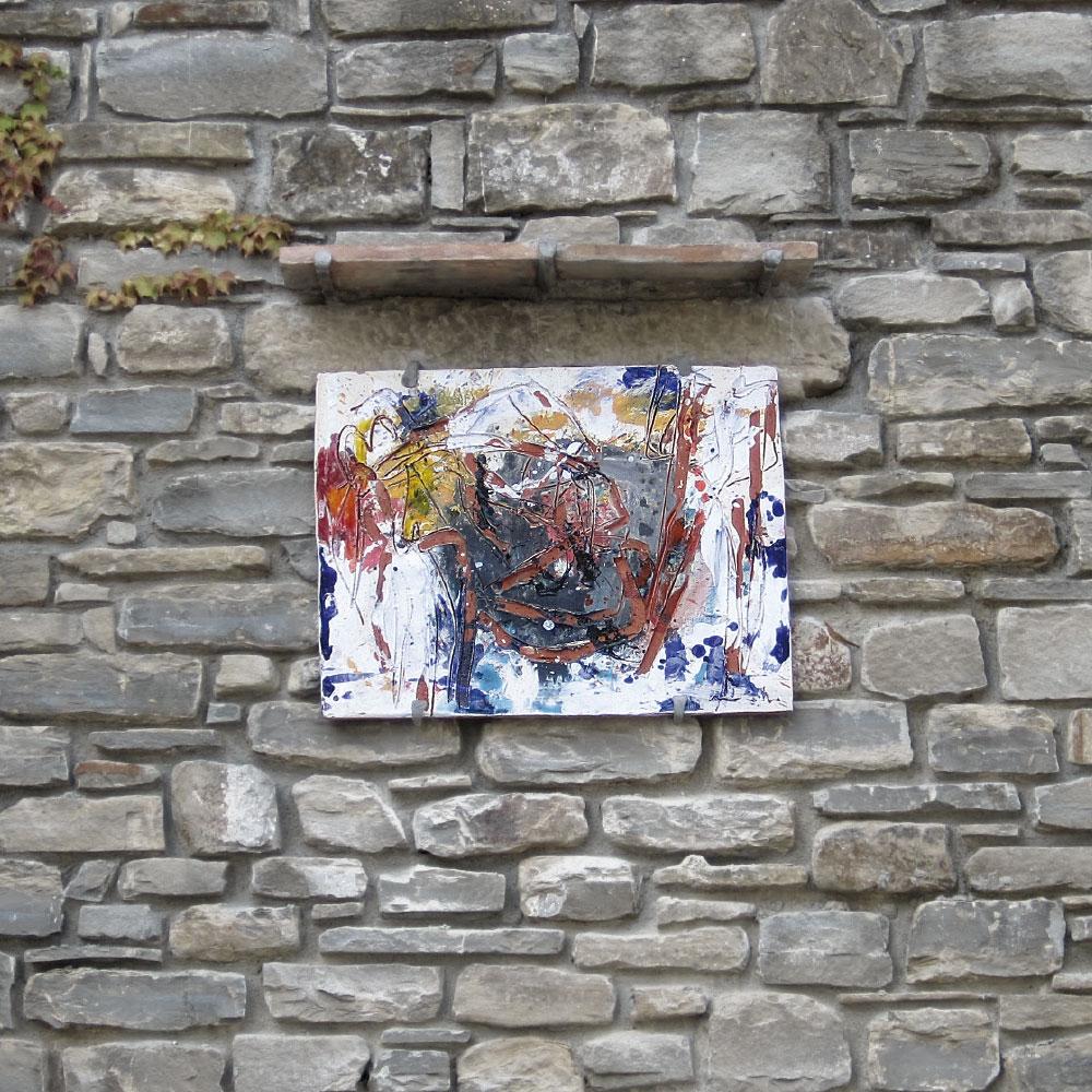 L'opera dell'artista Giorgio Moiso installata nel borgo di Denice, nell'ambito del Museo a cielo aperto dedicato alla ceramica contemporanea
