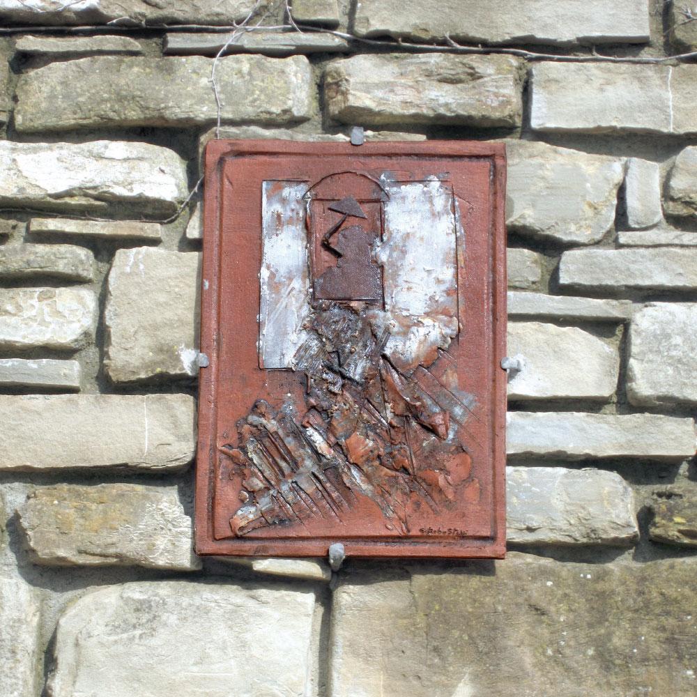 L'opera dell'artista Giorgio Robustelli installata nel borgo di Denice, nell'ambito del Museo a cielo aperto dedicato alla ceramica contemporanea