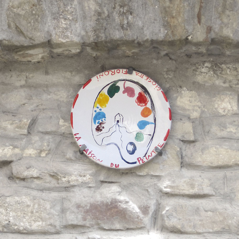L'opera dell'artista Giosetta Fioroni installata nel borgo di Denice, nell'ambito del Museo a cielo aperto dedicato alla ceramica contemporanea