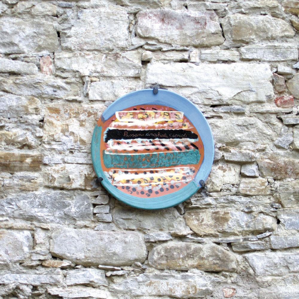 L'opera dell'artista Ignazio Moncada installata nel borgo di Denice, nell'ambito del Museo a cielo aperto dedicato alla ceramica contemporanea