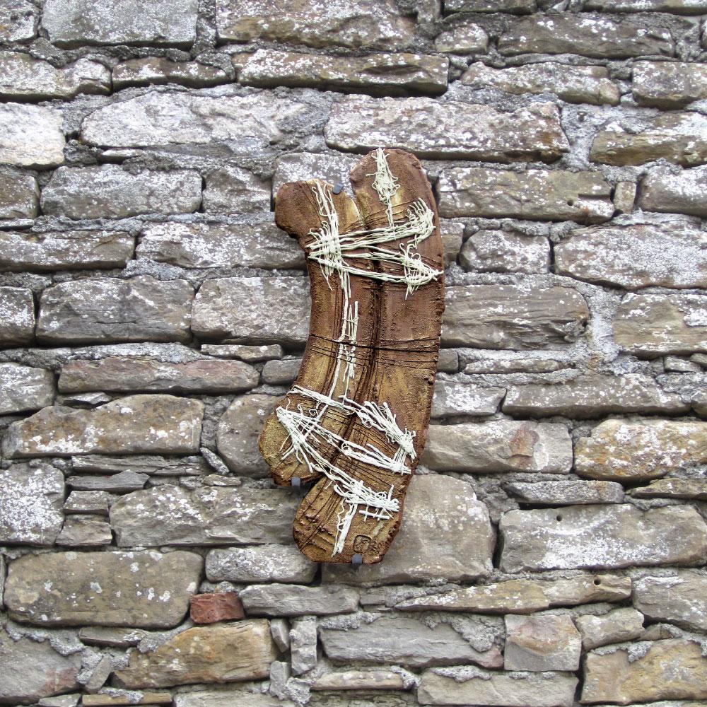 L'opera dell'artista Jorge Hernandez Lince installata nel borgo di Denice, nell'ambito del Museo a cielo aperto dedicato alla ceramica contemporanea