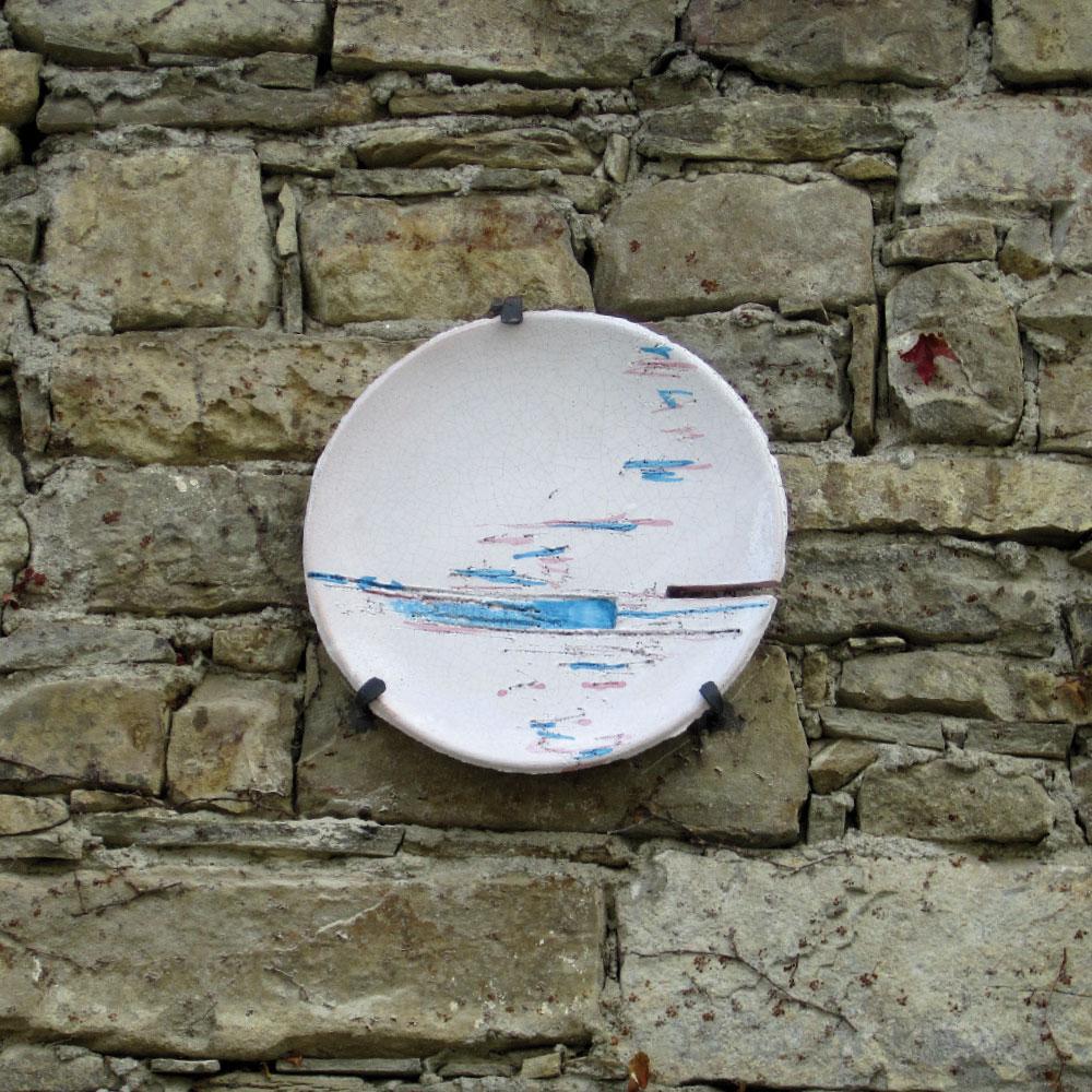 L'opera dell'artista Kristina Comiotto installata nel borgo di Denice, nell'ambito del Museo a cielo aperto dedicato alla ceramica contemporanea