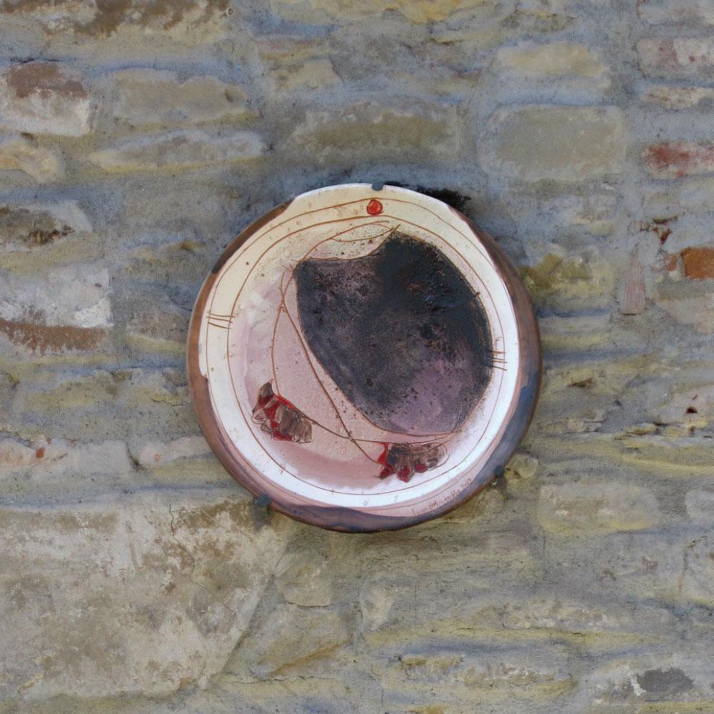 L'opera dell'artista Leony Mordeglia installata nel borgo di Denice, nell'ambito del Museo a cielo aperto dedicato alla ceramica contemporanea