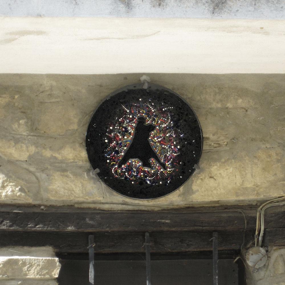 L'opera dell'artista Marco Lodola installata nel borgo di Denice, nell'ambito del Museo a cielo aperto dedicato alla ceramica contemporanea