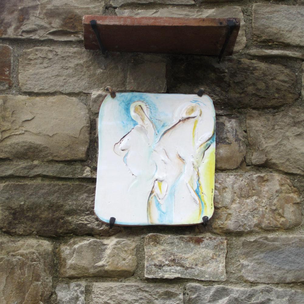 L'opera dell'artista Mariangela De Maria installata nel borgo di Denice, nell'ambito del Museo a cielo aperto dedicato alla ceramica contemporanea