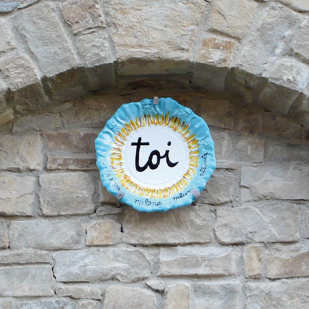 L'opera dell'artista Milena Milani installata nel borgo di Denice, nell'ambito del Museo a cielo aperto dedicato alla ceramica contemporanea