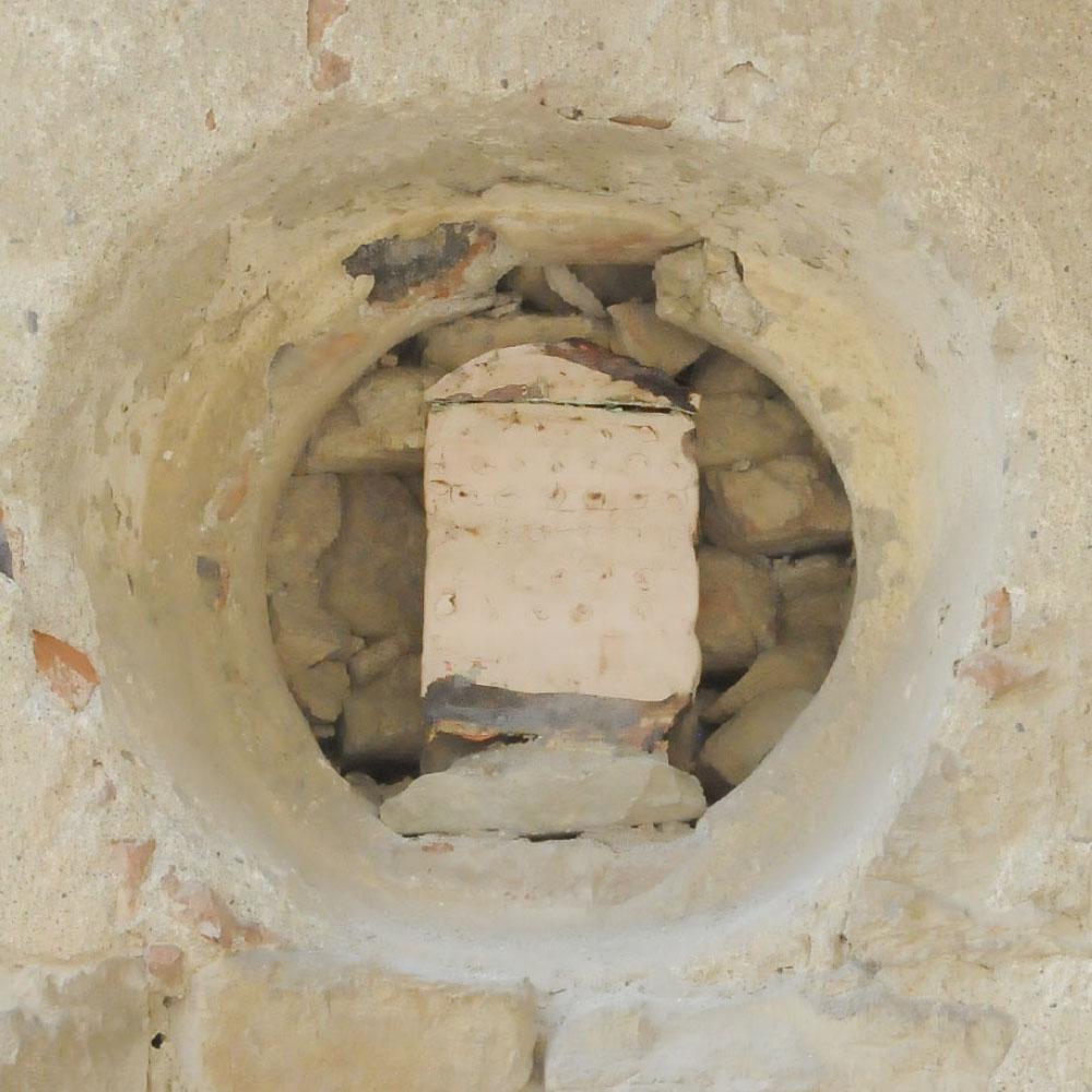 L'opera dell'artista Mirco Marchelli installata nel borgo di Denice, nell'ambito del Museo a cielo aperto dedicato alla ceramica contemporanea