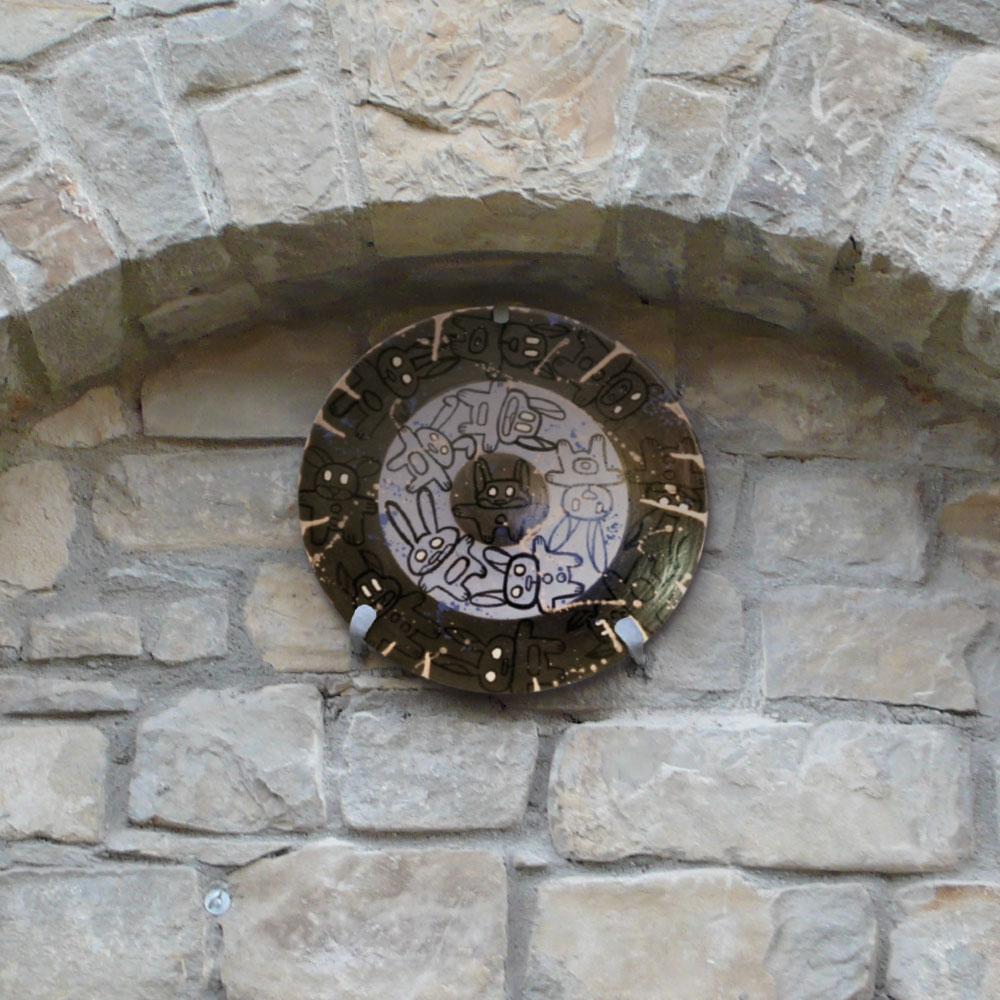 L'opera dell'artista Pablo Echaurren installata nel borgo di Denice, nell'ambito del Museo a cielo aperto dedicato alla ceramica contemporanea
