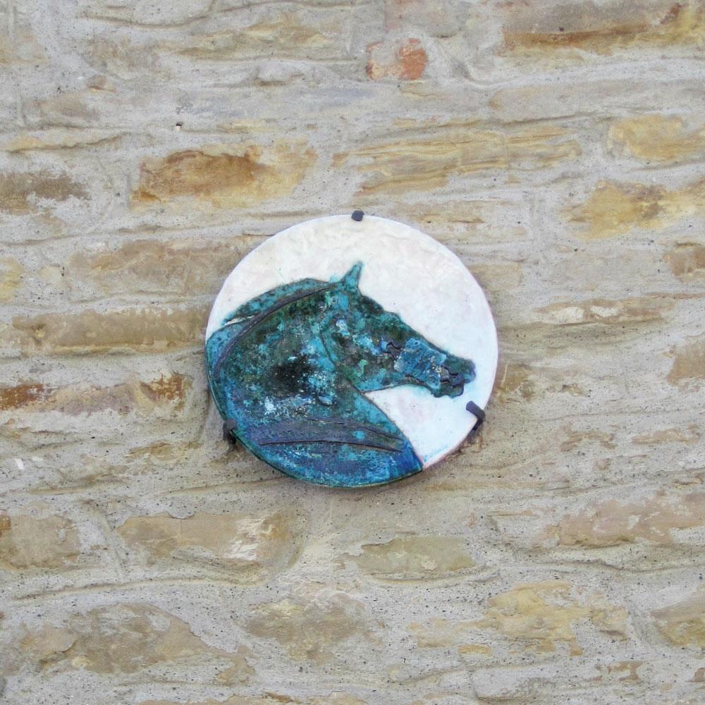 L'opera dell'artista Renata Minuto installata nel borgo di Denice, nell'ambito del Museo a cielo aperto dedicato alla ceramica contemporanea