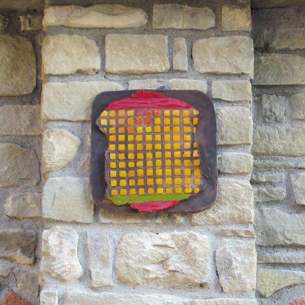 L'opera dell'artista Renza Sciutto installata nel borgo di Denice, nell'ambito del Museo a cielo aperto dedicato alla ceramica contemporanea
