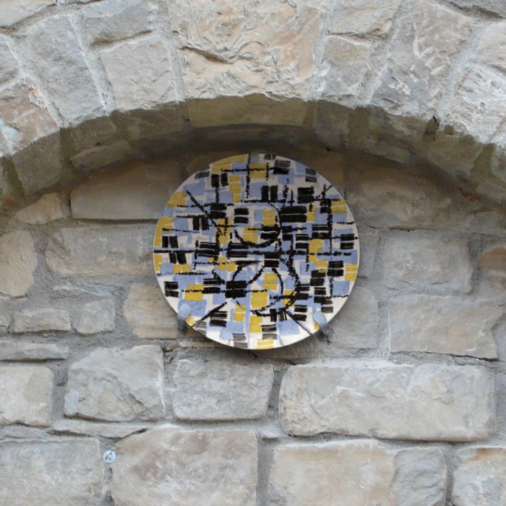 L'opera dell'artista Rocco Borella installata nel borgo di Denice, nell'ambito del Museo a cielo aperto dedicato alla ceramica contemporanea