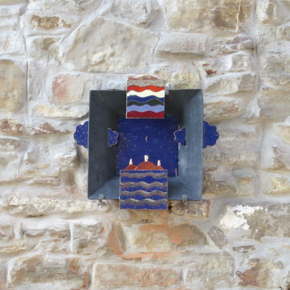 L'opera dell'artista Sandro Lorenzini installata nel borgo di Denice, nell'ambito del Museo a cielo aperto dedicato alla ceramica contemporanea