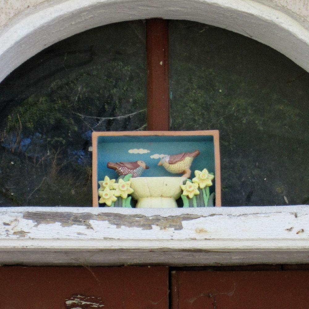 L'opera dell'artista Sara Catenelli installata nel borgo di Denice, nell'ambito del Museo a cielo aperto dedicato alla ceramica contemporanea