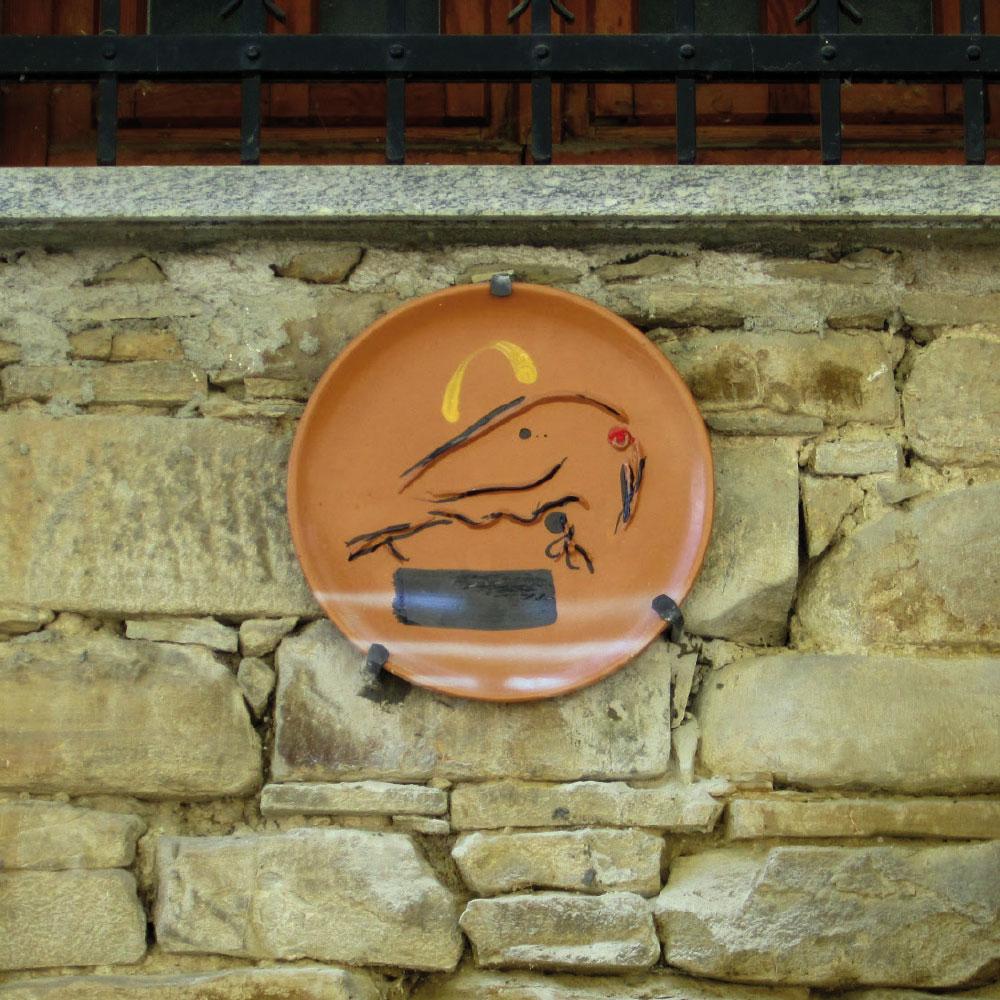 L'opera dell'artista Sergio Dangelo installata nel borgo di Denice, nell'ambito del Museo a cielo aperto dedicato alla ceramica contemporanea