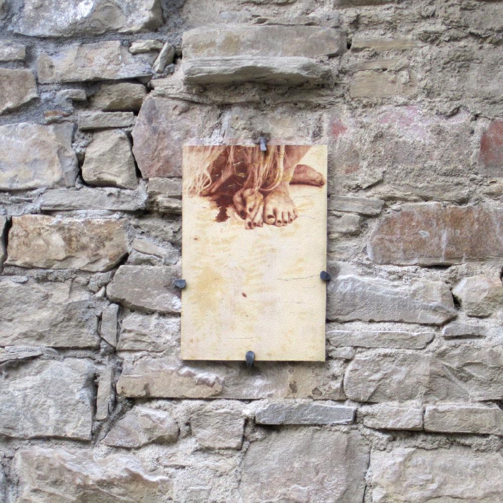 L'opera dell'artista Silvia Celeste Calcagno installata nel borgo di Denice, nell'ambito del Museo a cielo aperto dedicato alla ceramica contemporanea