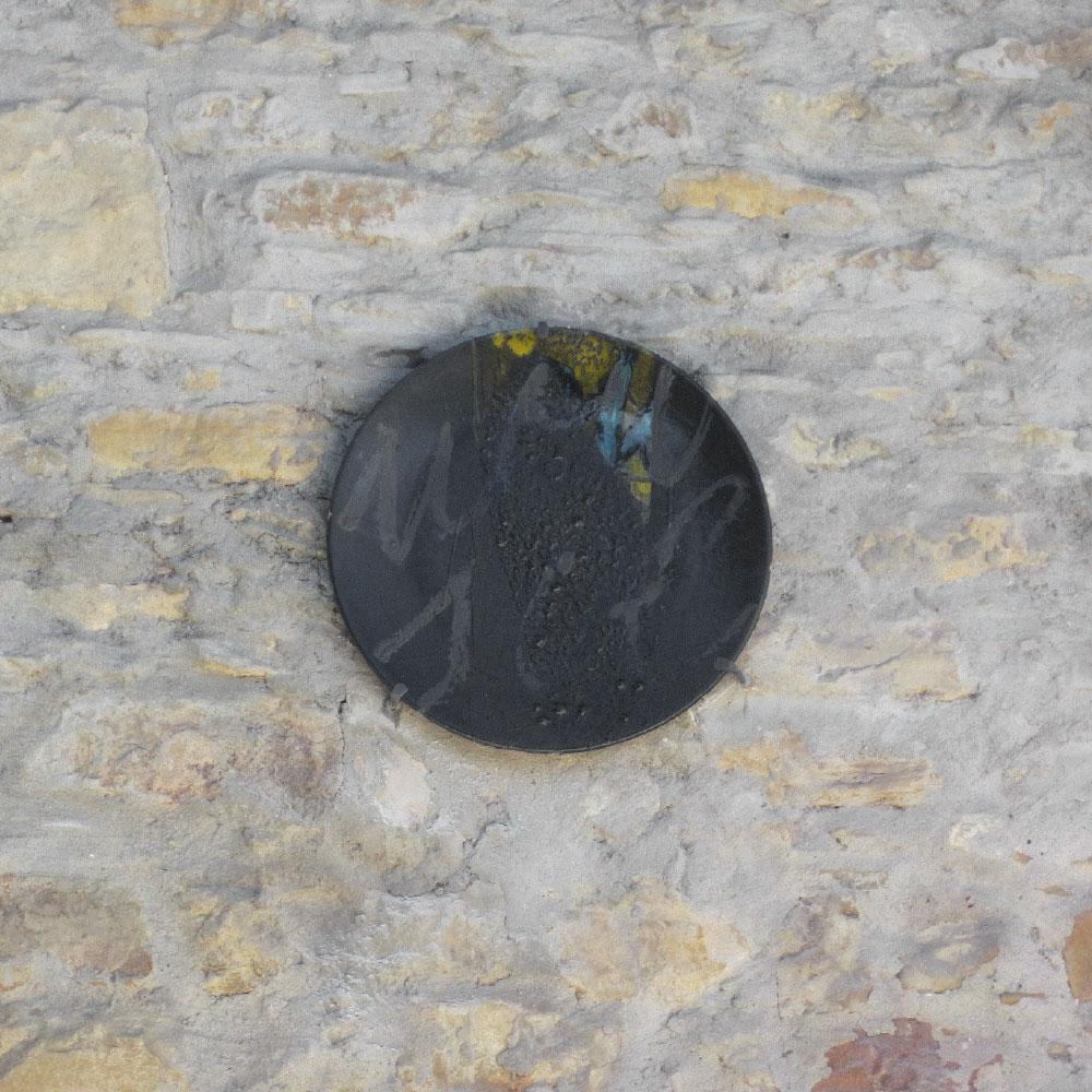 L'opera dell'artista Silvio Monti installata nel borgo di Denice, nell'ambito del Museo a cielo aperto dedicato alla ceramica contemporanea