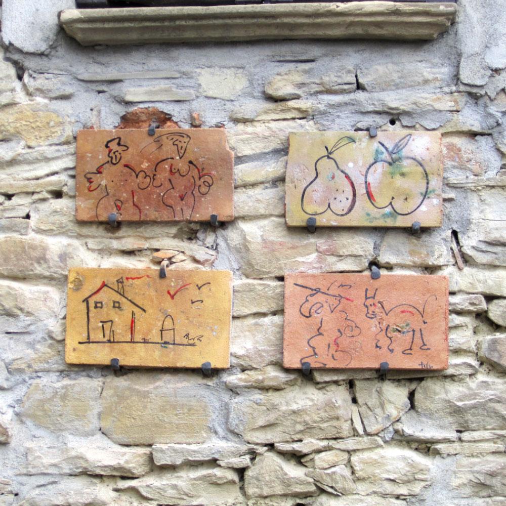 L'opera dell'artista Tullio Mazzotti installata nel borgo di Denice, nell'ambito del Museo a cielo aperto dedicato alla ceramica contemporanea