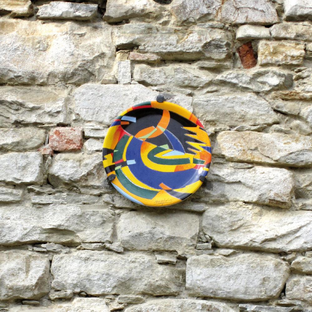 L'opera dell'artista Ugo Nespolo installata nel borgo di Denice, nell'ambito del Museo a cielo aperto dedicato alla ceramica contemporanea