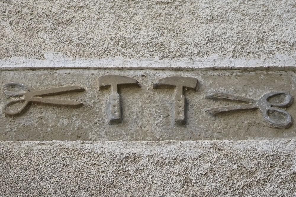 Altorilievo su arenaria, insegna dei Caligari
